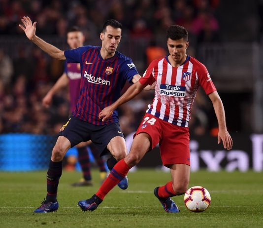 Rodri of Atletico Madrid evades Sergio Busquets of Barcelona during the La Liga match between FC Barcelona and Club Atletico de Madrid