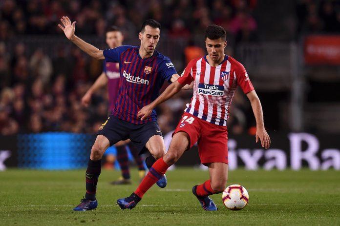 Rodri of Atletico Madrid evades Sergio Busquets of Barcelona during the La Liga match between FC Barcelona and Club Atletico de Madrid